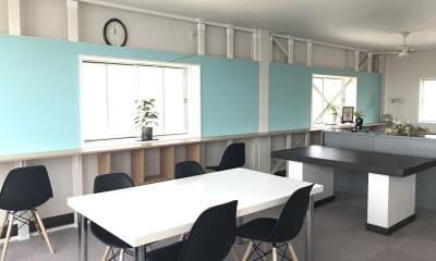 築50年の事務所ビル改修でセミナー・イベントに使えるフリースペースに (築50年ビル改修 ミントグリーン壁バージョン)