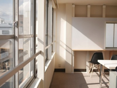 築50年の事務所ビル改修でセミナー・イベントに使えるフリースペースに (開放的な窓)