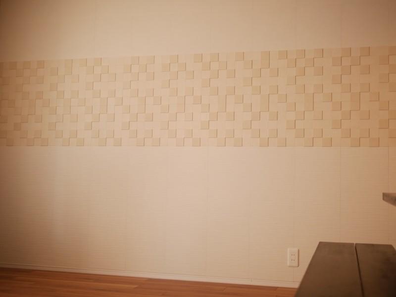 リビングの壁面にエコカラットを (住まわれている状態での施工でした)