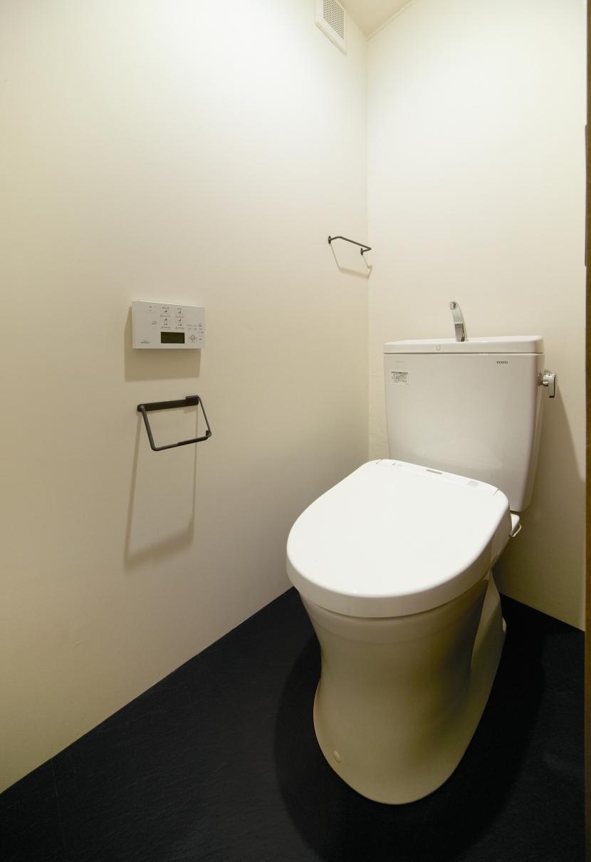 raita 特徴的なRC空間を活かし シンプルかつおしゃれにデザインした戸建テラスリノベの部屋 トイレ