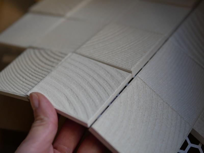 リビングの壁面にエコカラットを (正方形のエコカラット、こんな形状です)
