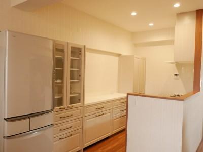 壁付けだったキッチンを対面型にしました (収納力抜群なのに、実際の広さより広く感じるLDKのリフォーム~ダイニングキッチン編~)