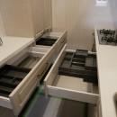 収納力抜群なのに、実際の広さより広く感じるLDKのリフォーム~ダイニングキッチン編~の写真 キッチン収納を開けてみました