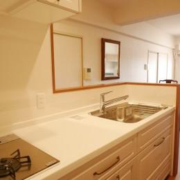収納力抜群なのに、実際の広さより広く感じるLDKのリフォーム~ダイニングキッチン編~ (キッチンに立った景色)