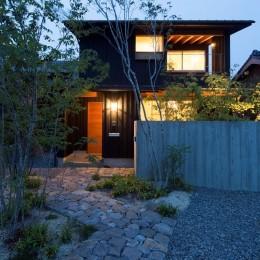 寺津の家/墨色の押縁板壁の家 (外観 南道路より望む)