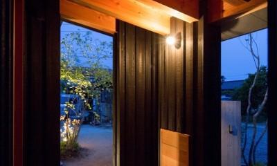 寺津の家/墨色の押縁板壁の家 (玄関ポーチ)