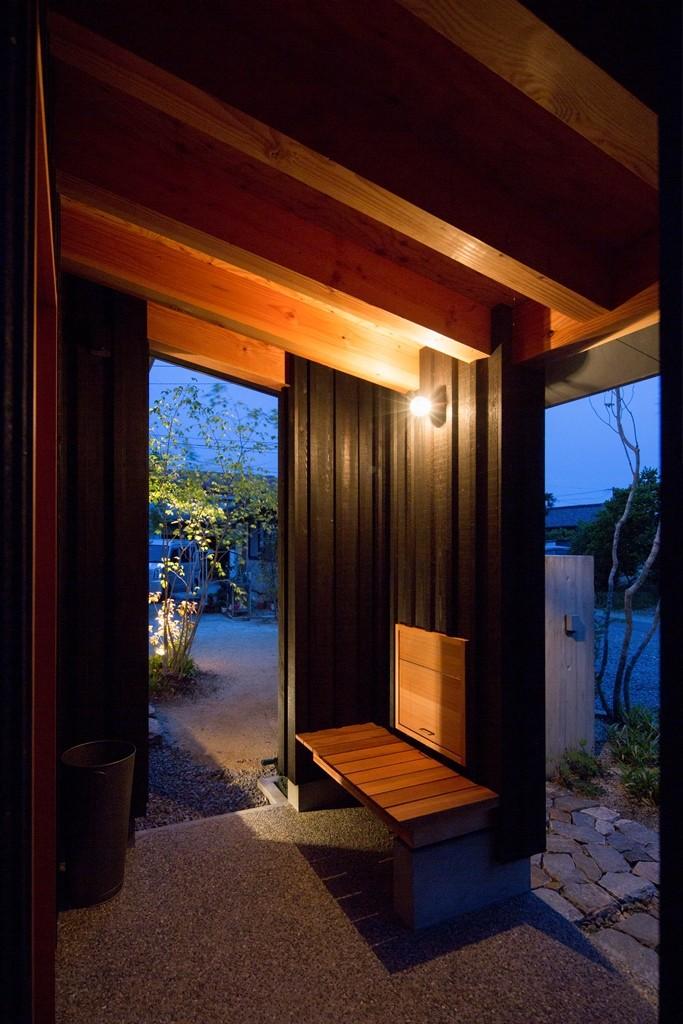 玄関事例:玄関ポーチ(寺津の家/墨色の押縁板壁の家)