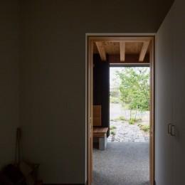 寺津の家/墨色の押縁板壁の家 (玄関よりポーチ方向を望む)