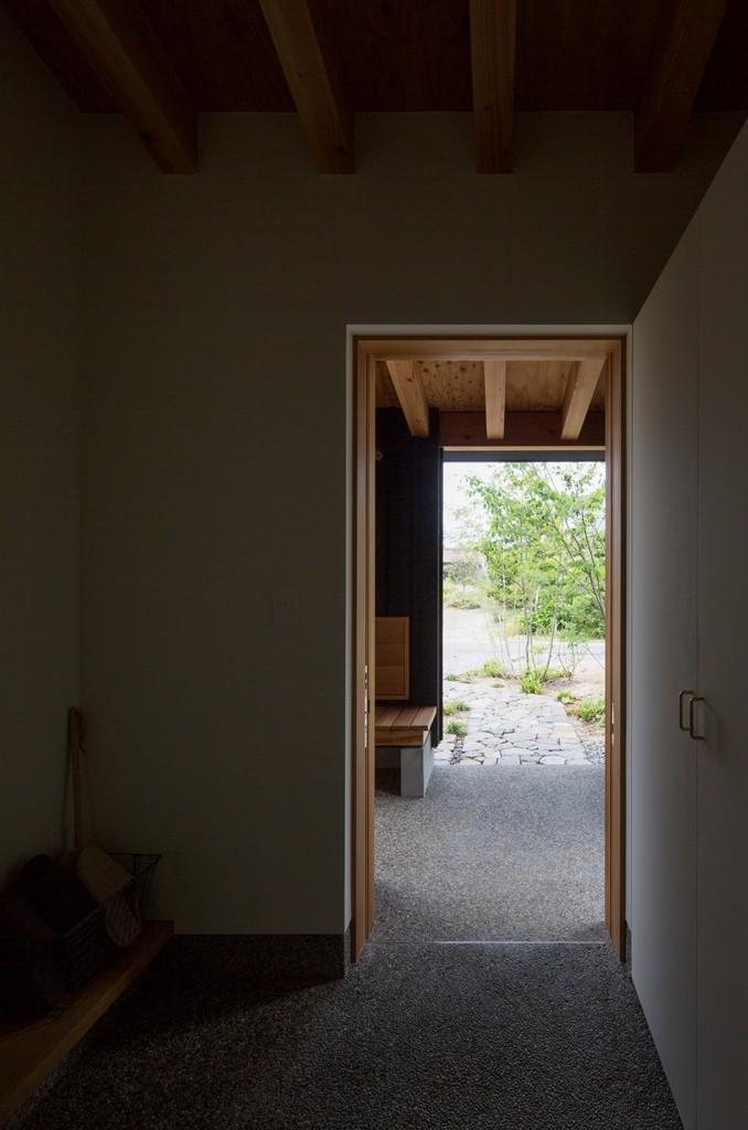 玄関事例:玄関よりポーチ方向を望む(寺津の家/墨色の押縁板壁の家)