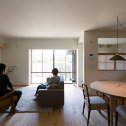 寺津の家/墨色の押縁板壁の家 (台所・食堂)