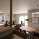 寺津の家/墨色の押縁板壁の家の写真 台所・食堂・タタミコーナー