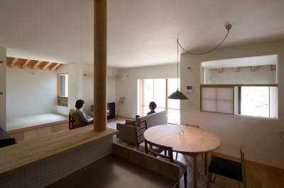 台所・食堂・タタミコーナー (寺津の家/墨色の押縁板壁の家)