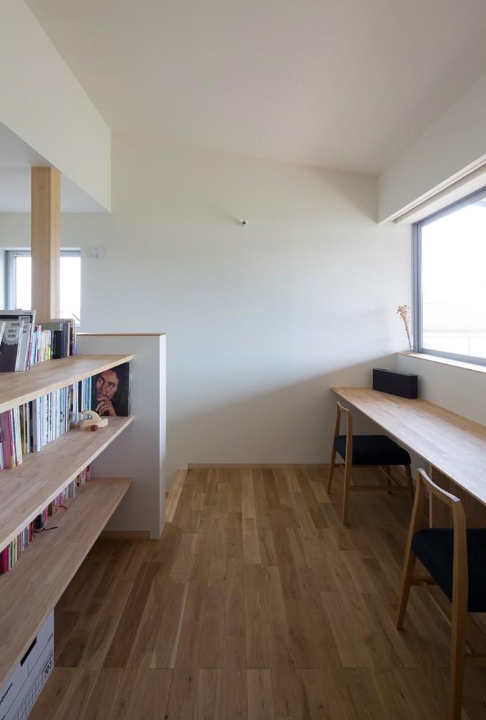 寺津の家/墨色の押縁板壁の家 (2階の書斎コーナー)