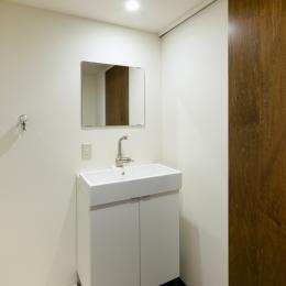 raita 特徴的なRC空間を活かし シンプルかつおしゃれにデザインした戸建テラスリノベ (洗面室)
