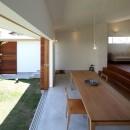 海東の家/地に近い暮らし 中庭が広がる住まいの写真 居間・食堂