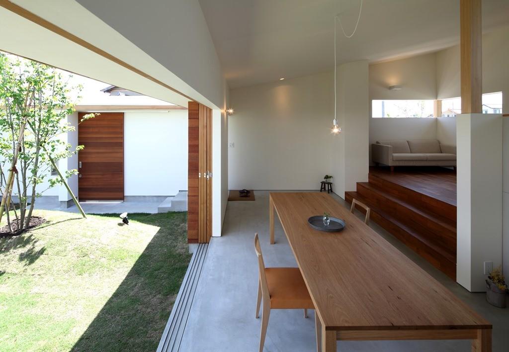 リビングダイニング事例:居間・食堂(海東の家/地に近い暮らし 中庭が広がる住まい)