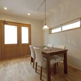 大阪府Kさん邸:ナチュラル素材でほっこり優しい「自宅カフェ」 (光を採り入れる横長窓)