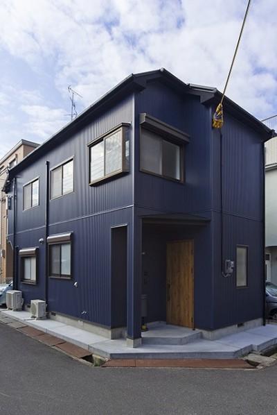 外観 (大阪・茨木市K様邸~存在感あるネイビー色ガルバリウム銅板の装いのある家~)