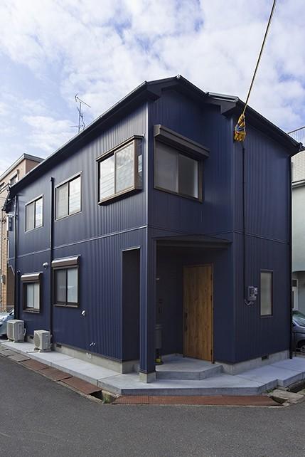 大阪・茨木市K様邸~存在感あるネイビー色ガルバリウム銅板の装いのある家~ (外観)