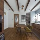 大阪・茨木市K様邸~存在感あるネイビー色ガルバリウム銅板の装いのある家~の写真 キッチンとダイニング