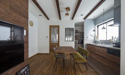 大阪・茨木市K様邸~存在感あるネイビー色ガルバリウム銅板の装いのある家~ (キッチンとダイニング)
