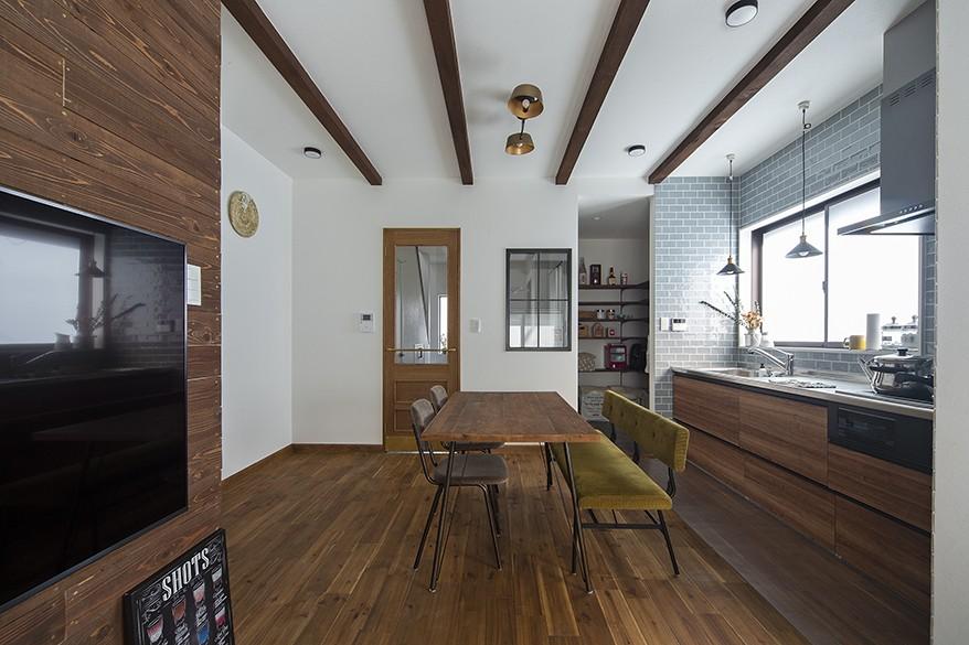 キッチン事例:キッチンとダイニング(大阪・茨木市K様邸~存在感あるネイビー色ガルバリウム銅板の装いのある家~)