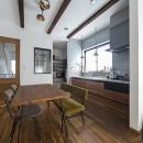 大阪・茨木市K様邸~存在感あるネイビー色ガルバリウム銅板の装いのある家~の写真 キッチンと奥に広がるパントリースペース