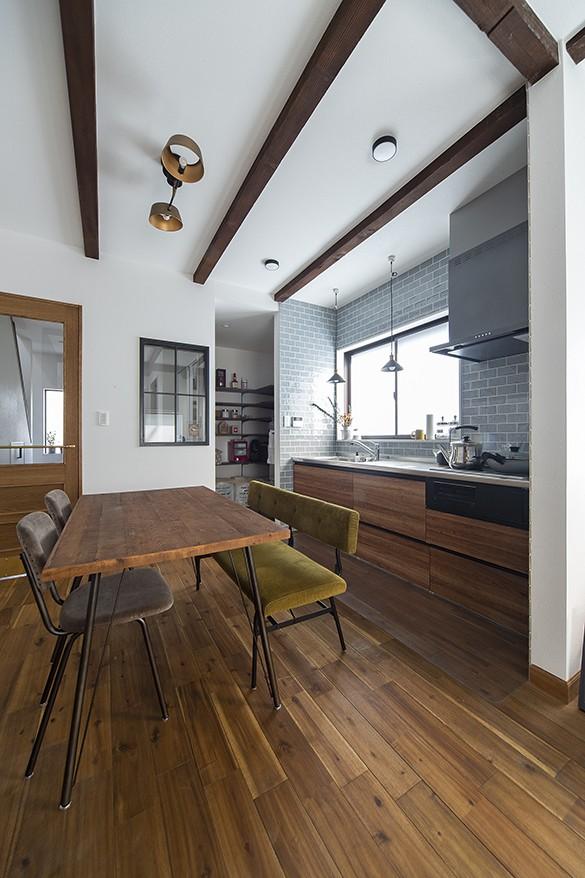大阪・茨木市K様邸~存在感あるネイビー色ガルバリウム銅板の装いのある家~ (キッチンと奥に広がるパントリースペース)