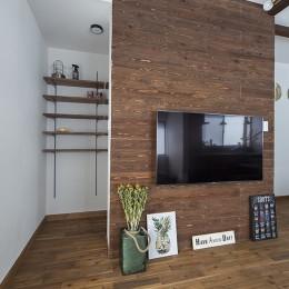 大阪・茨木市K様邸~存在感あるネイビー色ガルバリウム銅板の装いのある家~ (テレビボードと収納スペース)