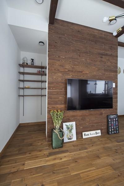 テレビボードと収納スペース (大阪・茨木市K様邸~存在感あるネイビー色ガルバリウム銅板の装いのある家~)