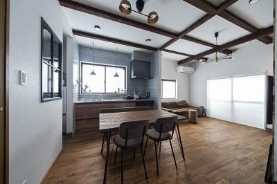 大阪・茨木市K様邸~存在感あるネイビー色ガルバリウム銅板の装いのある家~ (リビングダイニング)