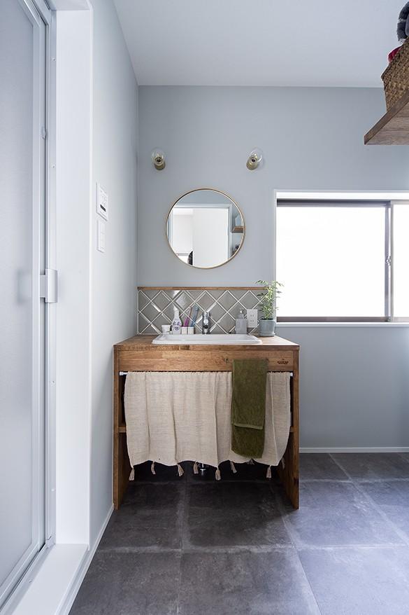 大阪・茨木市K様邸~存在感あるネイビー色ガルバリウム銅板の装いのある家~ (造作洗面)