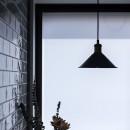 大阪・茨木市K様邸~存在感あるネイビー色ガルバリウム銅板の装いのある家~の写真 キッチンの吊照明