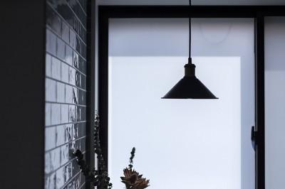 大阪・茨木市K様邸~存在感あるネイビー色ガルバリウム銅板の装いのある家~ (キッチンの吊照明)