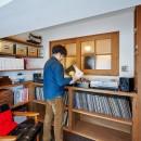 読書とレコードの世界に浸る昼下がりの写真 読書とレコードの世界に浸る昼下がり