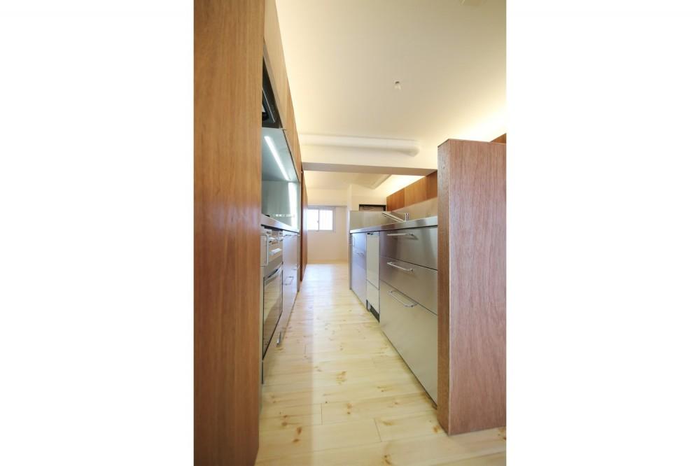 クリエイターご夫婦が住む、ミニマルデザインなリノベーション (キッチン)