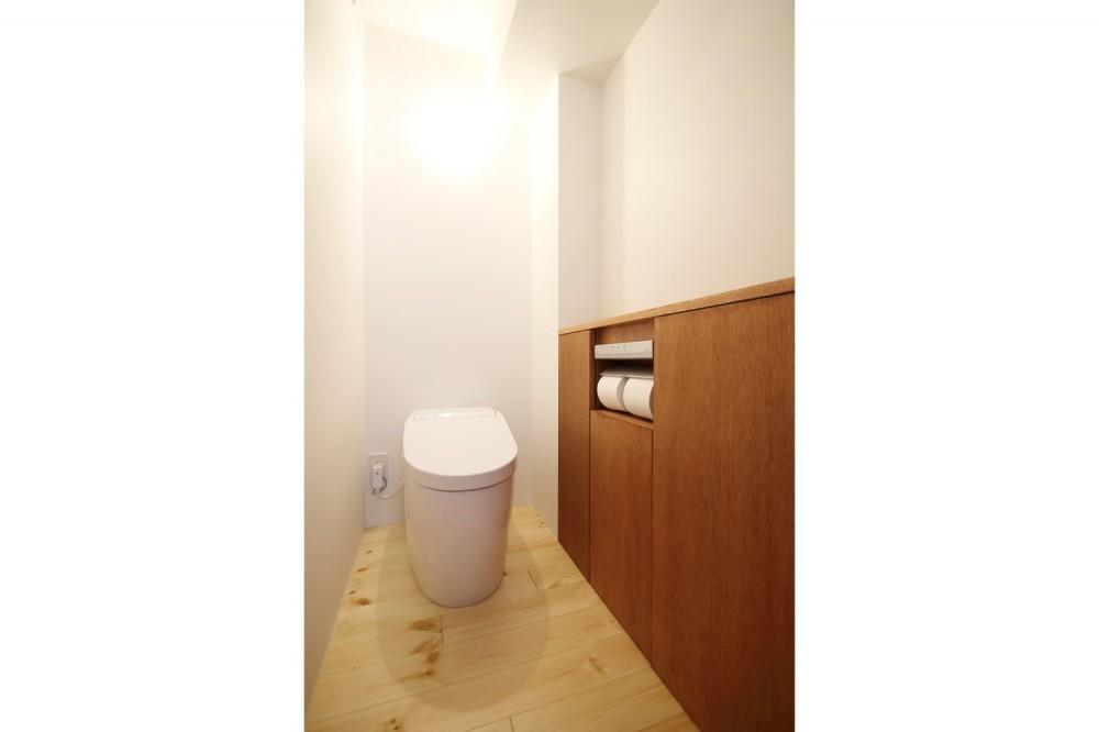 クリエイターご夫婦が住む、ミニマルデザインなリノベーション (トイレ)