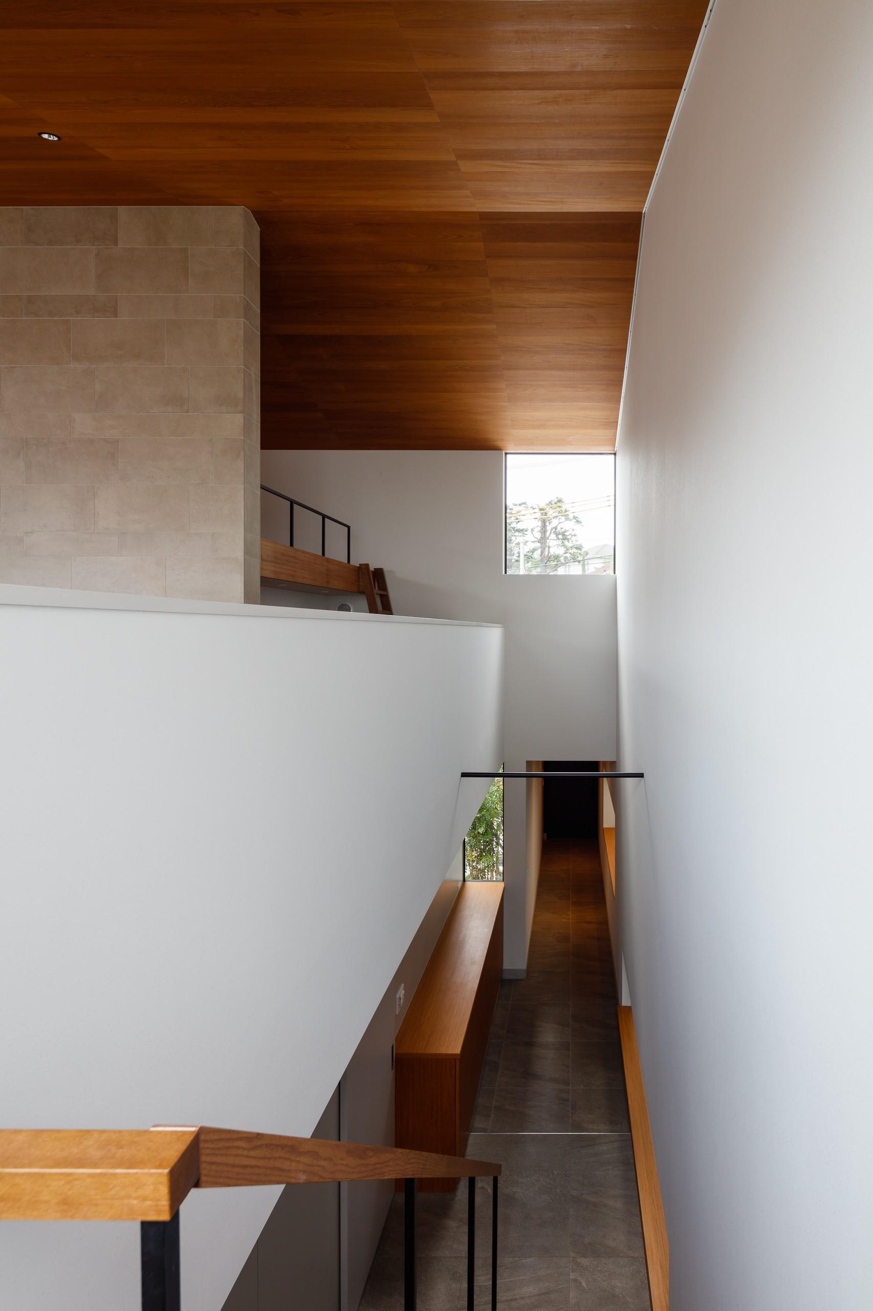玄関事例:階段からエントランス(山手の家「T邸」)