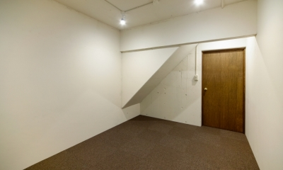 raita 特徴的なRC空間を活かし シンプルかつおしゃれにデザインした戸建テラスリノベ (部屋1)