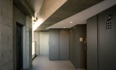 【フラッツCN <401>】天にのびる逆三角錐のボリューム (共用部 廊下)