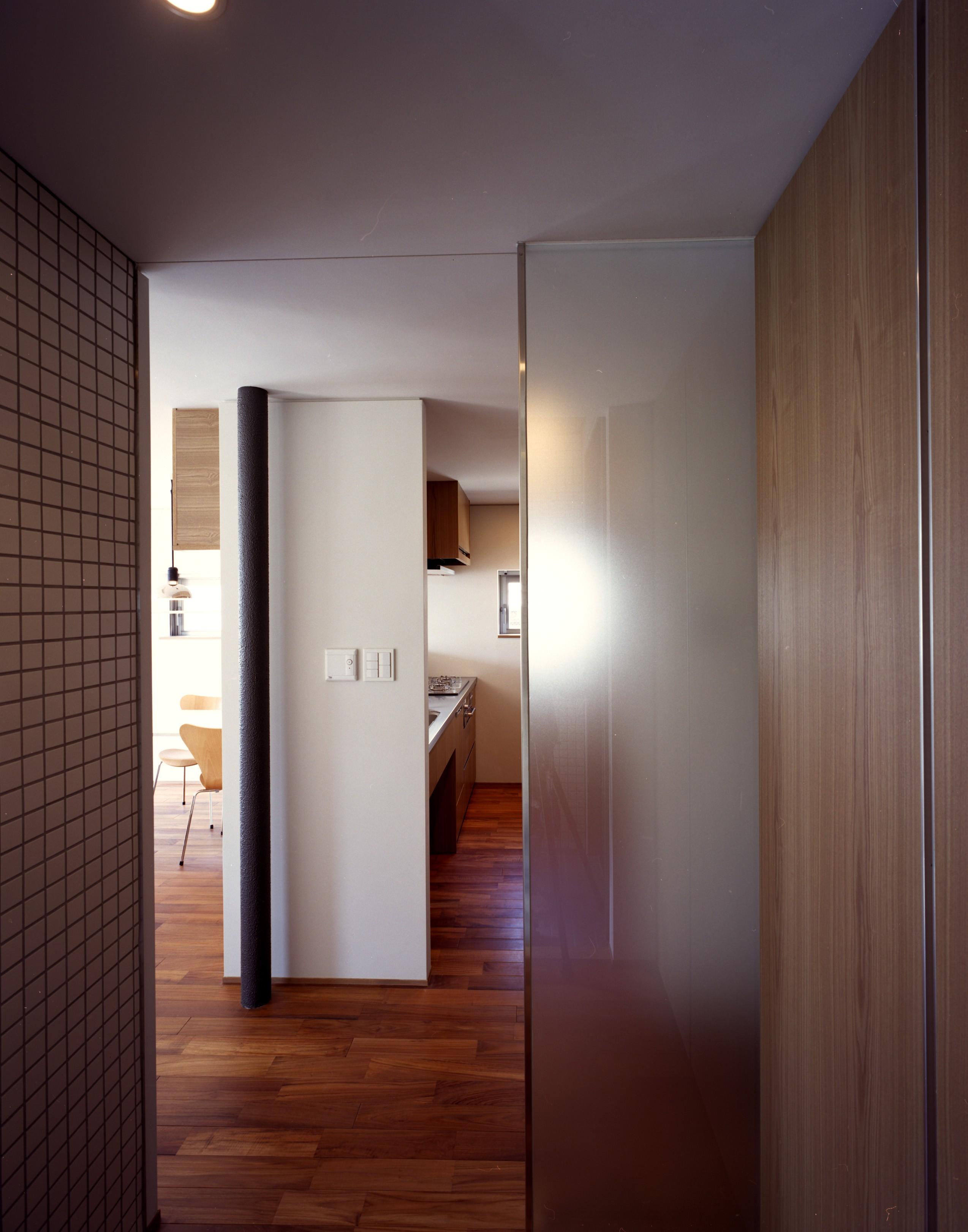 リビングダイニング事例:廊下 - キッチン(【カーサ カスバ - 親の家】 家族4世代の住まい+仕事場+賃貸住居)