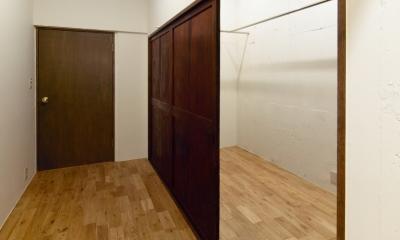 raita 特徴的なRC空間を活かし シンプルかつおしゃれにデザインした戸建テラスリノベ (書斎兼ウォークインクローゼット)
