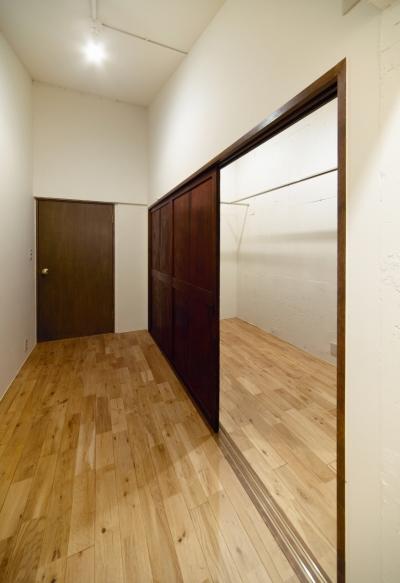 書斎兼ウォークインクローゼット (raita 特徴的なRC空間を活かし シンプルかつおしゃれにデザインした戸建テラスリノベ)