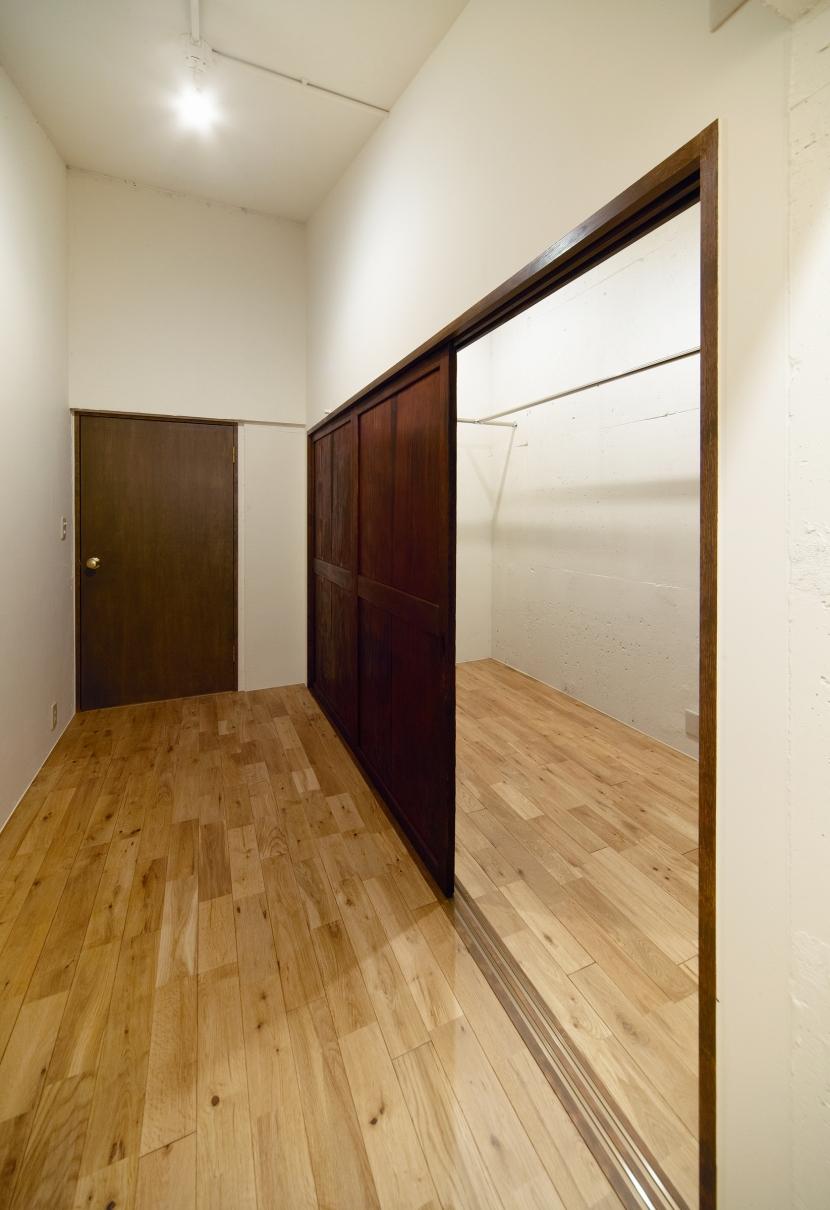 raita 特徴的なRC空間を活かし シンプルかつおしゃれにデザインした戸建テラスリノベの写真 書斎兼ウォークインクローゼット