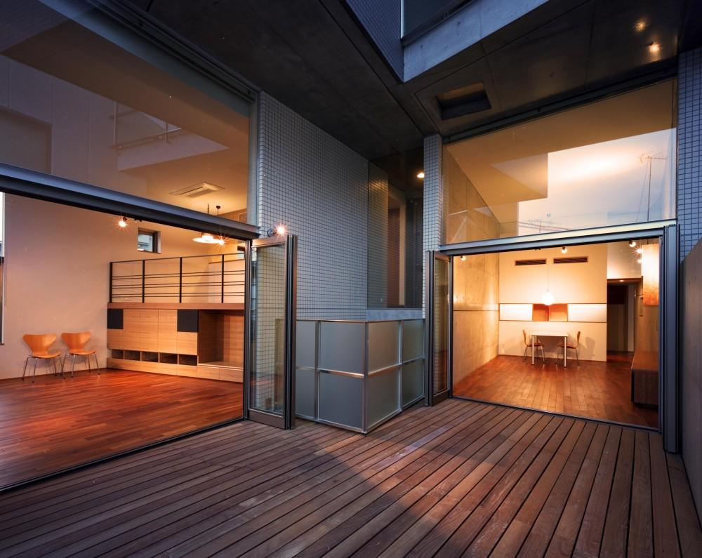 【カーサ カスバ <親の家>】 家族4世代の住まい+仕事場+賃貸住居 (デッキから室内を見る)