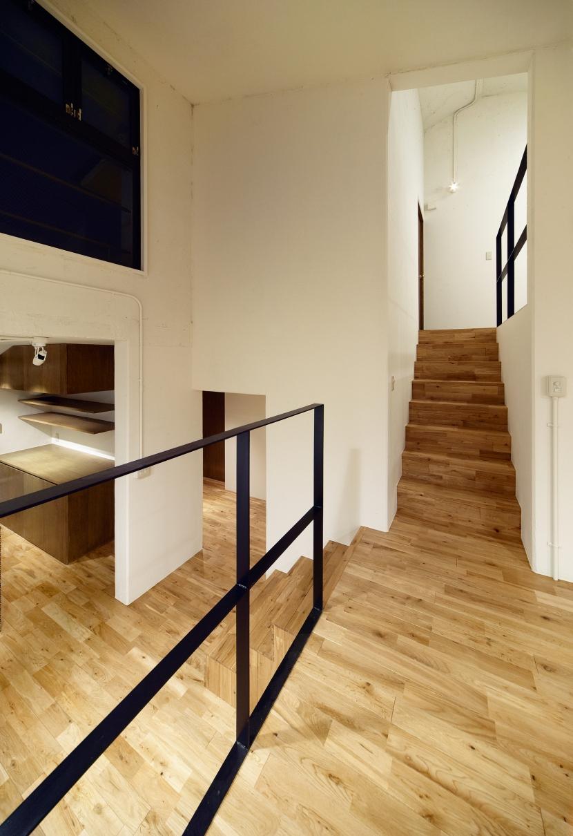 raita 特徴的なRC空間を活かし シンプルかつおしゃれにデザインした戸建テラスリノベの写真 階段1
