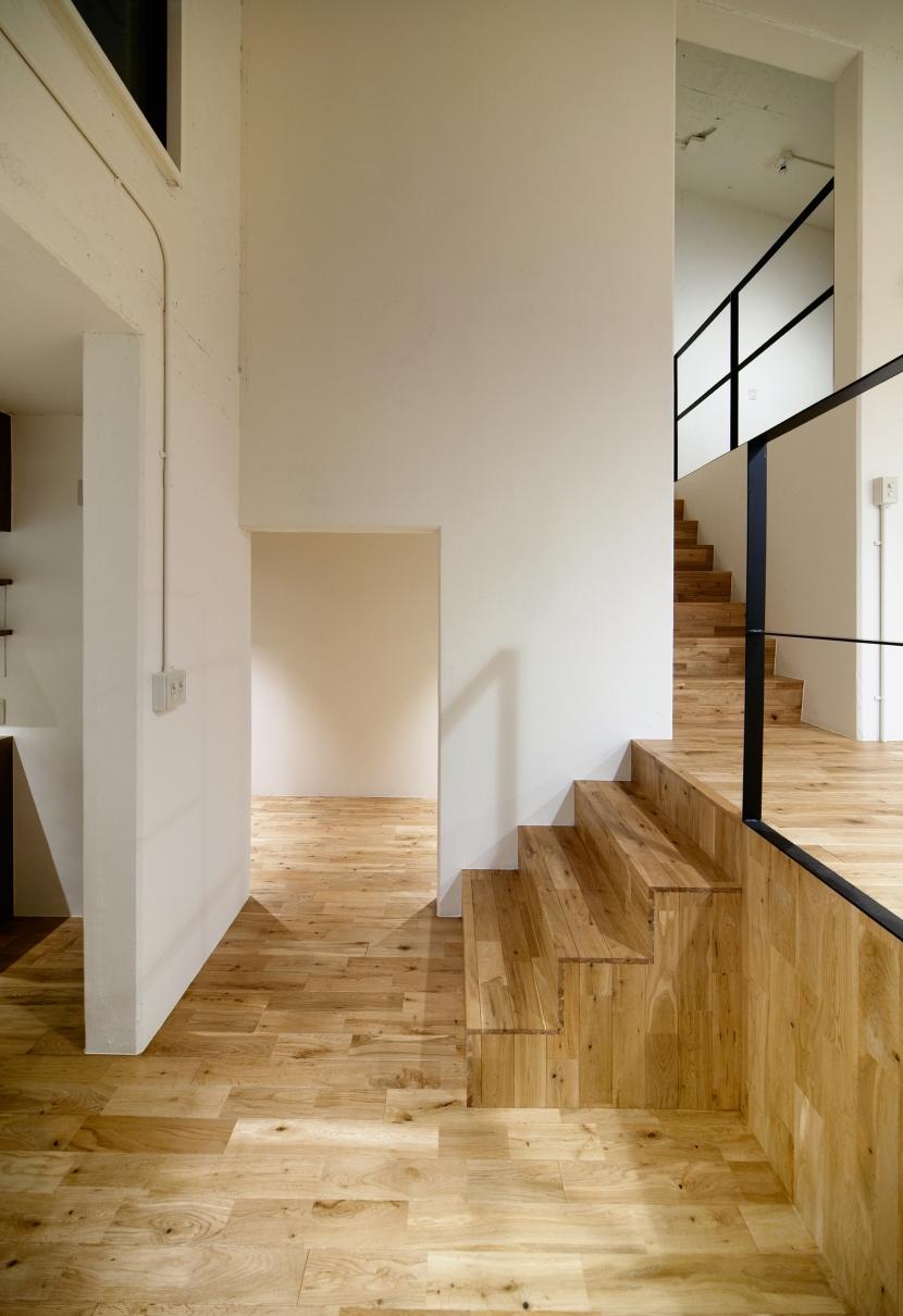 raita 特徴的なRC空間を活かし シンプルかつおしゃれにデザインした戸建テラスリノベの写真 階段2
