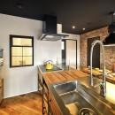 築40年のマンションをNYスタイルに 男前ブルックリンハウスの写真 木目とアイアンで揃えたお洒落なキッチン
