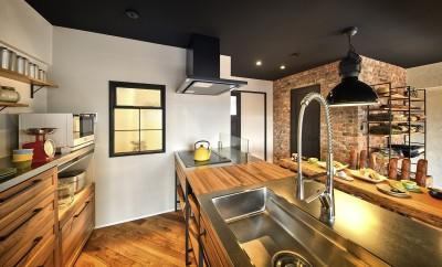 木目とアイアンで揃えたお洒落なキッチン (築40年のマンションをNYスタイルに 男前ブルックリンハウス)
