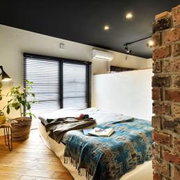 築40年のマンションをNYスタイルに 男前ブルックリンハウス (プライベート空間を確保した寝室)